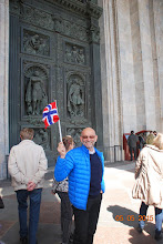 Photo: Irina har fått vikar før vi går inn i Isak katedralen