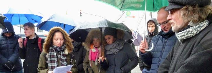 Menschen mit Regenschirmen.