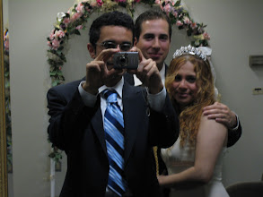 Photo: 11 Nisan 2008 - Ortaz'ın nikahı. Fotoğrafı çekecek dördüncü biri olmadığından ayna pozu veriyoruz :) Üzerimdeki takımı diğer Emre'nin aklıyla aldım, kravat da Emre'nin. Bir çeşit modacım Emre.