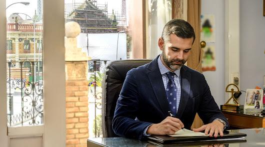 Fernández-Pacheco firmando en su despacho la carta que se ha enviado al ministro de Transportes.
