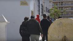 Jóvenes entrando en la biblioteca de Purchena, en una imagen del vídeo promocional.