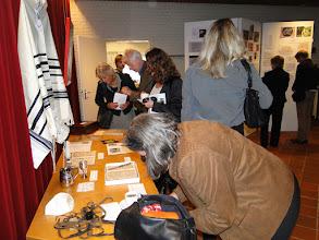 Photo: links = twee bestuursleden van de Stichting Mikwe de drie dames zijn nabestaanden families Van Straten