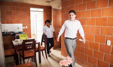 Photo: El Nuevo Ministro de Vivienda, Luis Felipe Henao, y la feliz beneficiaria conocieron los espacios de la casa, distribuidos en dos habitaciones, sala comedor, un baño, cocina y un patio.