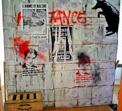 """Photo: un des murs de l'installation poétique visuelle et sonore """"Nous sommes la vie, nous sommes Charlie"""" à la bibliothèque Andrée Chedid de Limeyrat pour le Printemps des Poètes 2015 sur le thème de l'insurrection poétique Réalisation Josiane et Didier Ballesta Photographie Didier Ballesta"""