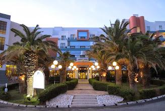Photo: 13.10.08St Paul's Bay, Qawra : hôtel Dolmen, entrée extérieure au bord du soir