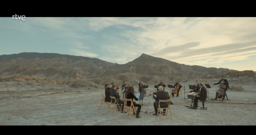 Fino Oyonarte interpreta el tema 'Estos Años', acompañado por la Orquesta Ciudad de Almería (OCAL), dirigida por Michael Thomas.