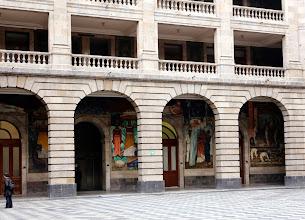 Photo: Nämä nykyisin opetusministeriön tiloina olevan rakennuksen seinillä