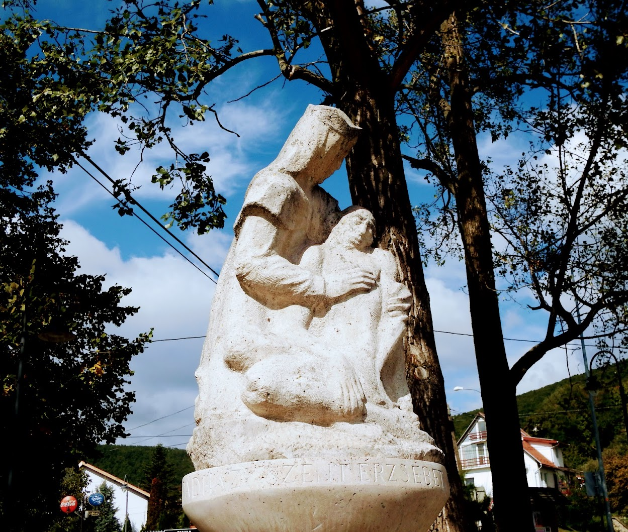 Pilisszentkereszt - Szent Erzsébet-szobor a Szabadság téren