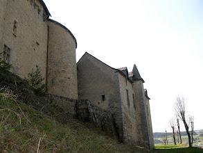 Photo: Saint-Alban (950 m) - Région Languedoc-Roussillon -  fut d'abord une forteresse féodale, construite en 1245 et que les Anglais occupèrent en 1364. Au Moyen Âge, c'était une des douze seigneuries du Gévaudan. Au XVIe siècle, les Calvisson construisirent près de la forteresse un vaste château en quadrilatère irrégulier, flanqué aux quatre angles de tours massives et inégales. Un fossé entourait l'enceinte, que franchissait un pont-levis.