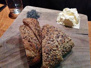 Photo: Le petit apéro offert : pain délicieux, mousse de beurre et sel de lave, un régal !