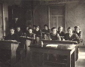 Photo: Mokytojas Juozas Narušis veda pamoką (dėstė matematiką, algebrą, geometriją). Nuotrauka iš Juozo Narušio asmeninio archyvo