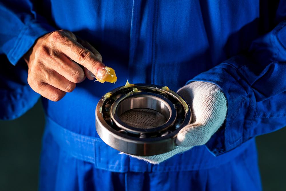 Mỡ bò chịu nhiệt (còn được gọi là mỡ chịu nhiệt) có tên tiếng anh là High Temperature Grease. Là sản phẩm sau khi pha chế giữa dầu gốc cao cấp, chất làm đặc và hệ phụ gia với khả năng nổi bật là bôi trơn, chống ma sát, chống ăn mòn và các tính năng trên không bị thay đổi khi mỡ làm việc ở nhiệt độ cao. Mỡ bò chịu nhiệt có dạng bán rắn, là một loại vật liệu bôi trơn, thể đặc nhuyễn, nặng hơn dầu nhờn, có khả năng làm giảm hệ số ma sát xuống nhiều lần (nhưng so với dầu nhờn thì giảm hệ số ma sát này vẫn kém hơn). Các sản phẩm mỡ chịu nhiệt có cấu trúc bền vững, đặc biệt thích hợp cho các ổ bi, các loại khớp xoay và lắc, các ổ đỡ chịu tải nặng, tốc độ chậm hoặc trung bình. Sản phẩm đặc biệt hữu hiệu trong việc phòng tránh ổ đỡ bị hỏng do sự rung động quá mức hoặc tải va đập,vận hành ở tốc độ cao và nhiệt độ cao.