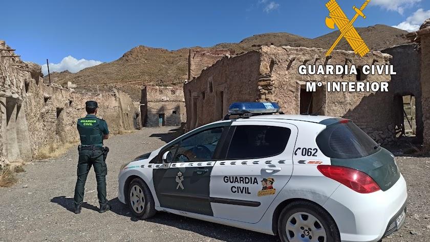 Un agente de la Guardia Civil frente a los decorados de cine que quedan en pie en El Chorrillo de Sierra Alhamilla, en Pechina.