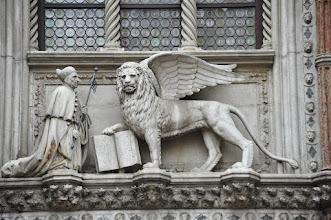 Photo: Place St Marc - L'austère sévérité du Lion de St Marc (emblème de Venise) contraste étrangement avec l'ambiance festive du carnaval.