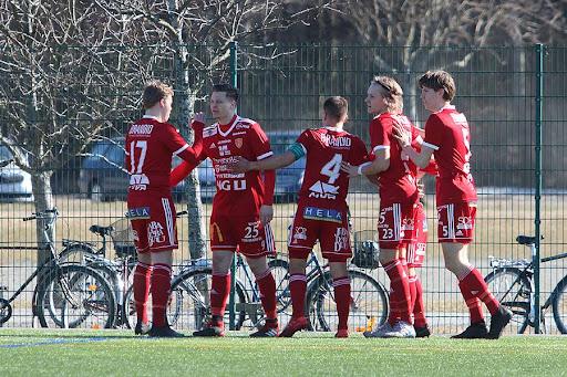 Juho Lehtonen onnistui kertaalleen maalinteossa aurinkoisessa säässä, kun FC Jazz laittoin pallon neljästi vastustajan maaliin Tekonurmella. Kuva: Urheilusuomi.com