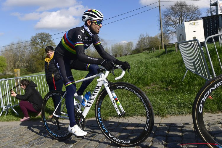 Valverde zowaar gevloerd door jonge Ineos-renner in sprint bergop, leiderstrui blijft wel bij de wereldkampioen