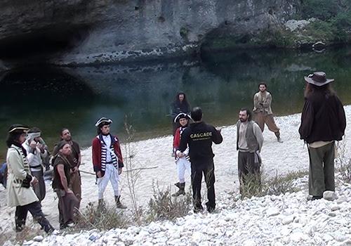 Alexis DIENNA réglant des cascades physiques et duels d'escrime entre des corsaires, pirates et tuniques rouges pour un film.