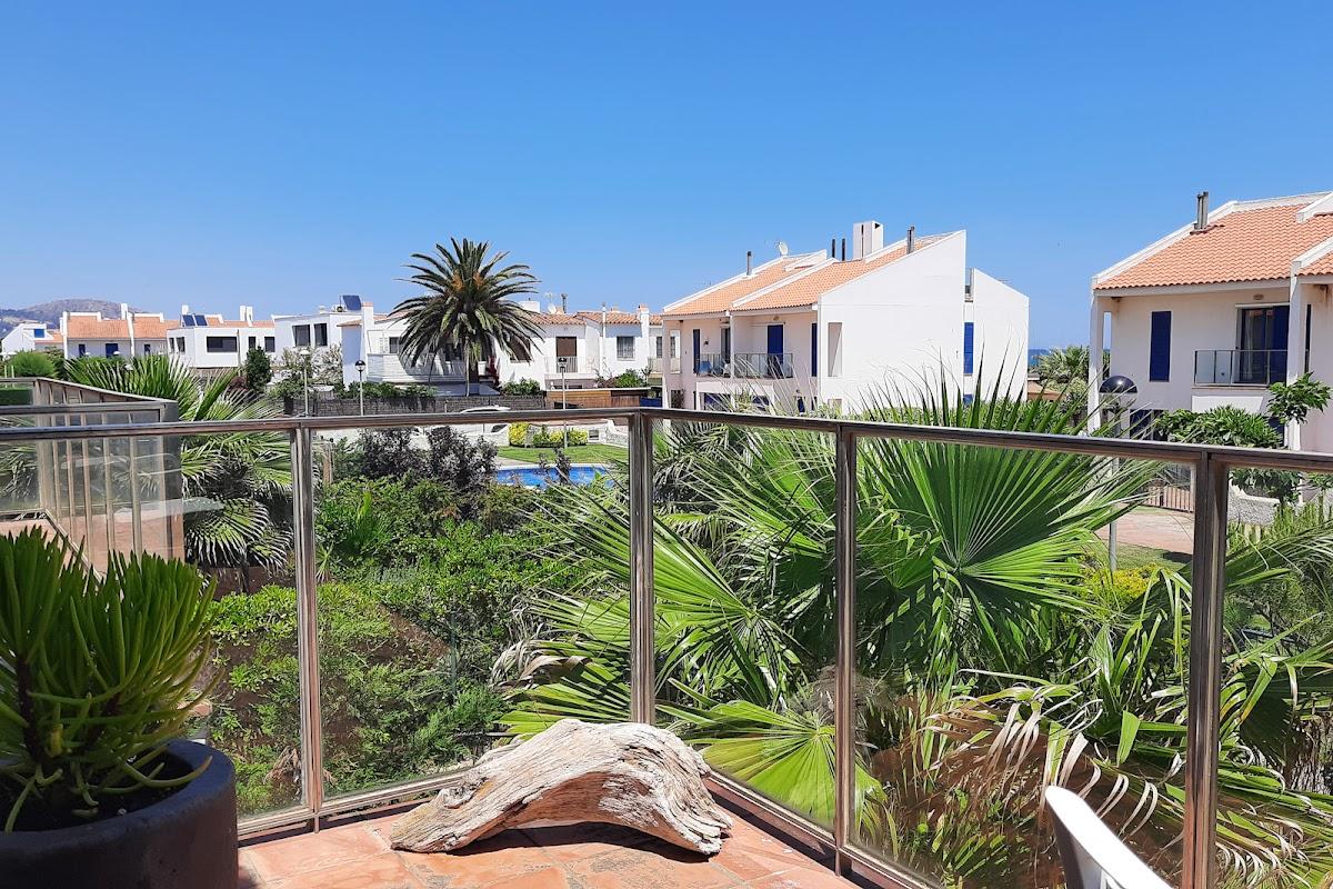 Blick vom Balkon im 1. Stock auf Gärten und Pool