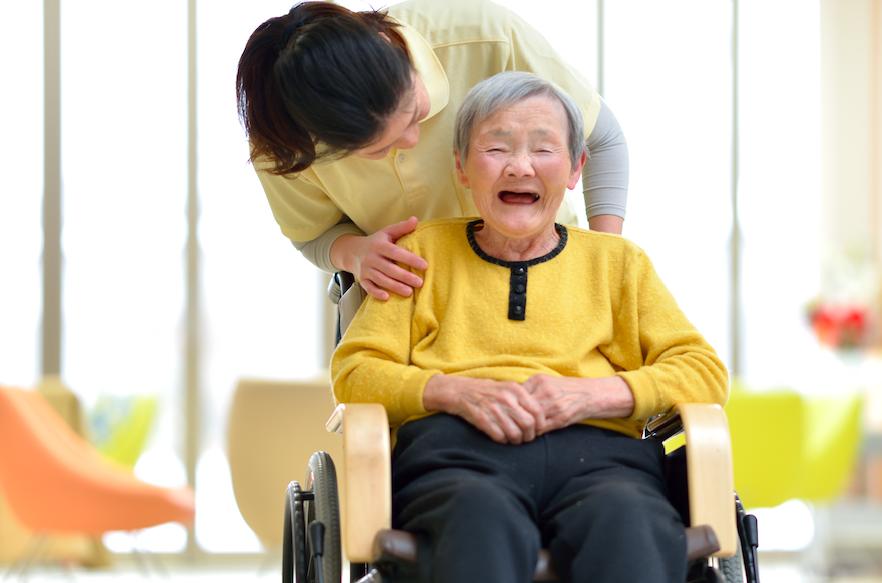 介護される高齢者の写真