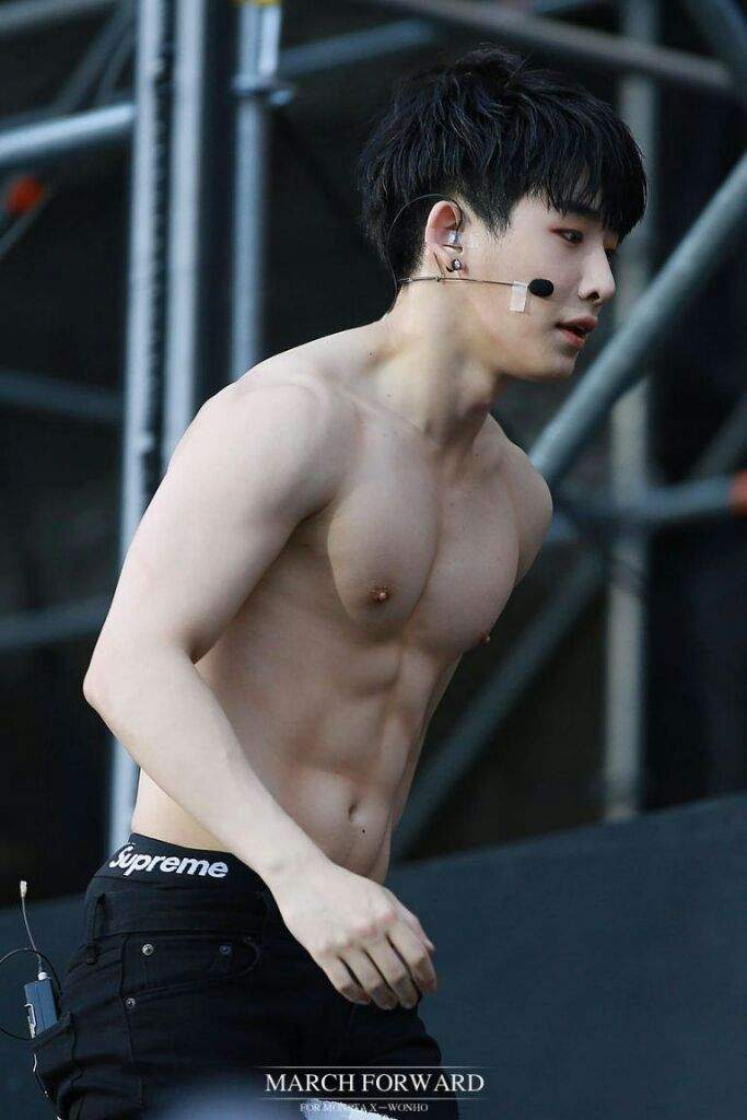 WonhoShirtless2