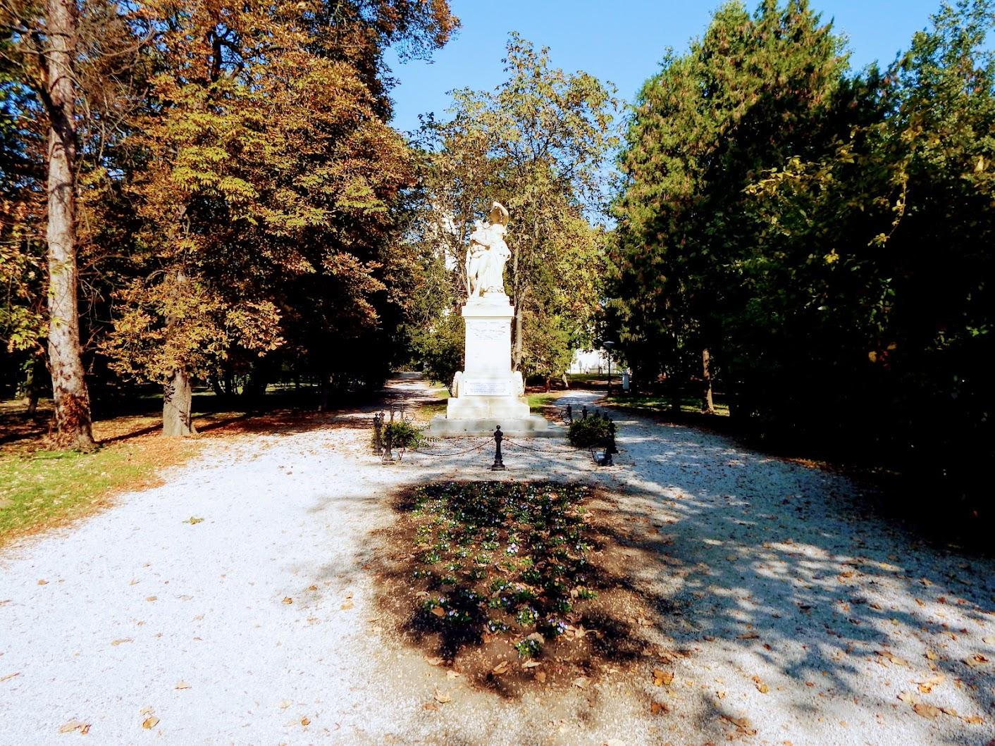 Bük - I. és II. világháborús emlékmű a templomkertben