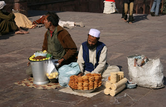 Photo: Katukauppiaita (vaikka emme ruokaa kadulta uskaltaneetkaan ostaa)