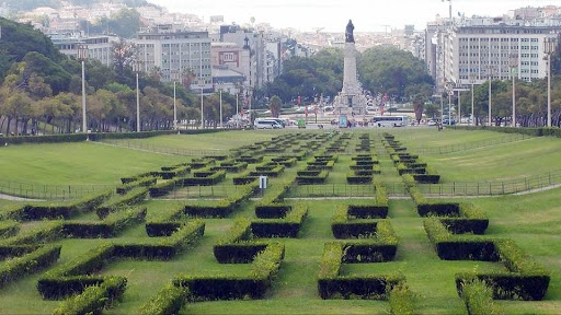 lisbon-statue2-1.jpg - Same as before, park with hedge maze in banking and financial district.