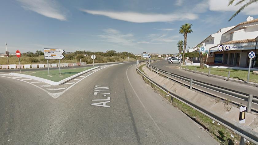 La carretera AL-1701 corre paralela a toda la zona de Vera Playa desde Pueblo Laguna.