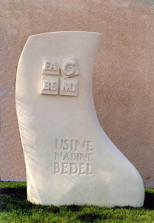 Sculpture enseigne à l'entrée de l'usine FABEMIà Donzére Drome 26 84 Provence France