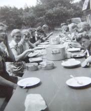 Photo: Links ds. van Wezep, Coba Schiphouwer, Gezientje Hilberts, rechts Hennie Sijbring, daarnaast nog net haar haar te zien Lammie Enting. 5e van rechts Berendje Kerkveld