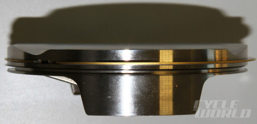 Piston moteur essence en acier forgé présenté par Machines et Moteurs.