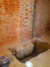 Photo: Apertura de pozos para el refuerzo de la cimentación existente