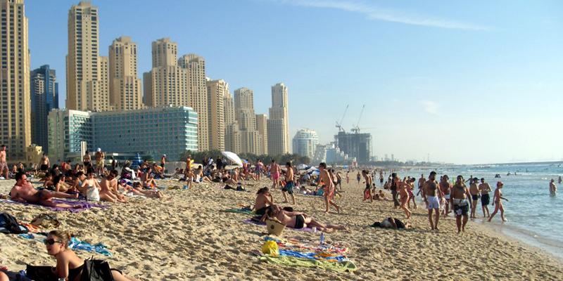 """Nằm lười biếng cả ngày dưới ánh nắng rực rỡ, trên bãi cát trắng của bãi biển Jumeirah, xa xa là khách sạn Burj Al Arab nổi tiếng, thật không gì thoải mái bằng. Đến khi nằm chán chê, hãy vận động cơ thể một chút với những môn thể thao dưới nước. Người dân Dubai còn đặc biệt thích dành cả ngày """"nằm ườn"""" bên bãi biển vào mùa đông đấy. (Ảnh: Internet)"""