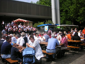 Photo: Viele Zuhöhrer im Freien