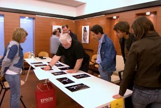 Photo: Tullio FRAGIACOMO legge il portfolio di Claudio DE PAOLI