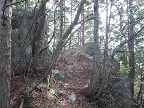 岩の間を進む