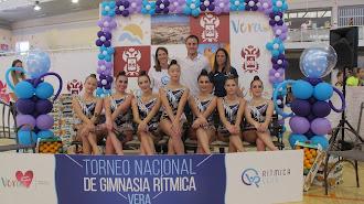 Concejal de Deportes y directora técnica del Club Rítmica de Vera con las gimnastas.