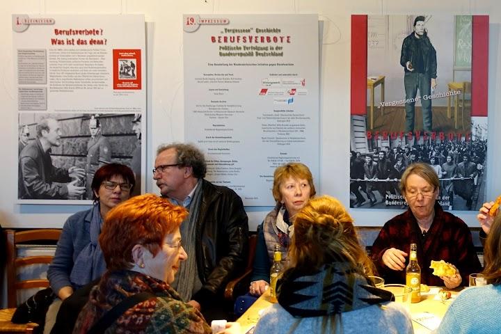 Betroffene vor Fotoausstellung.