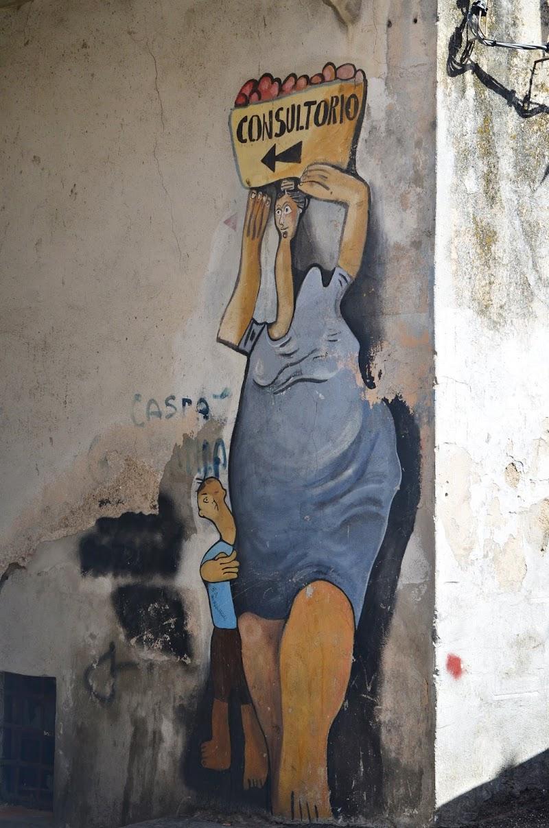 Un murales come insegna di viola94