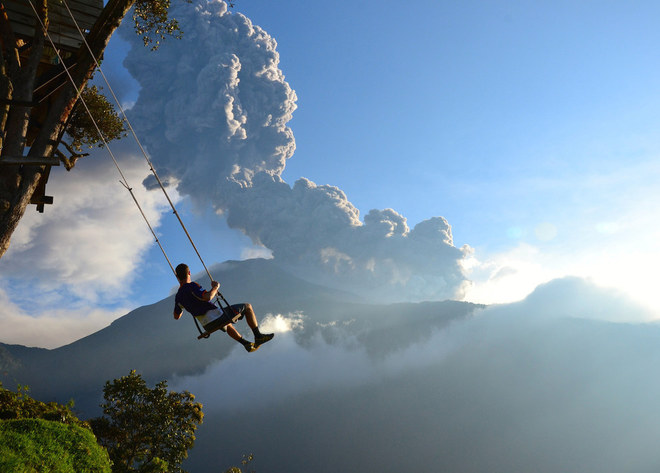 """""""End of the World"""" (Tận cùng của thế giới) ghi lại khoảnh khắc một người đàn ông chơi xích đu và phóng tầm mắt ra núi lửa ở Banos, Ecuador."""