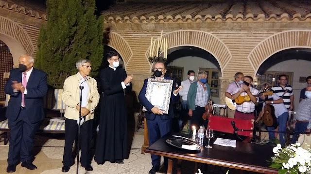 Medalla del Patronazgo a Pedro Manuel de la Cruz por su compromiso en difundir la devoción a La Pequeñica.