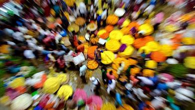 Photo: -FOTODELDIA- BAN04 BANGALORE  INDIA  10 10 2016 - Una multitud compra flores en un mercado en la vispera del Festival Durga Puja en Bangalore  India  hoy  10 de octubre de 2016  El festival conmemora la matanza de un demonio a manos de la diosa Durga que representa la victoria del bien sobre el mal  EFE Jagadeesh Nv