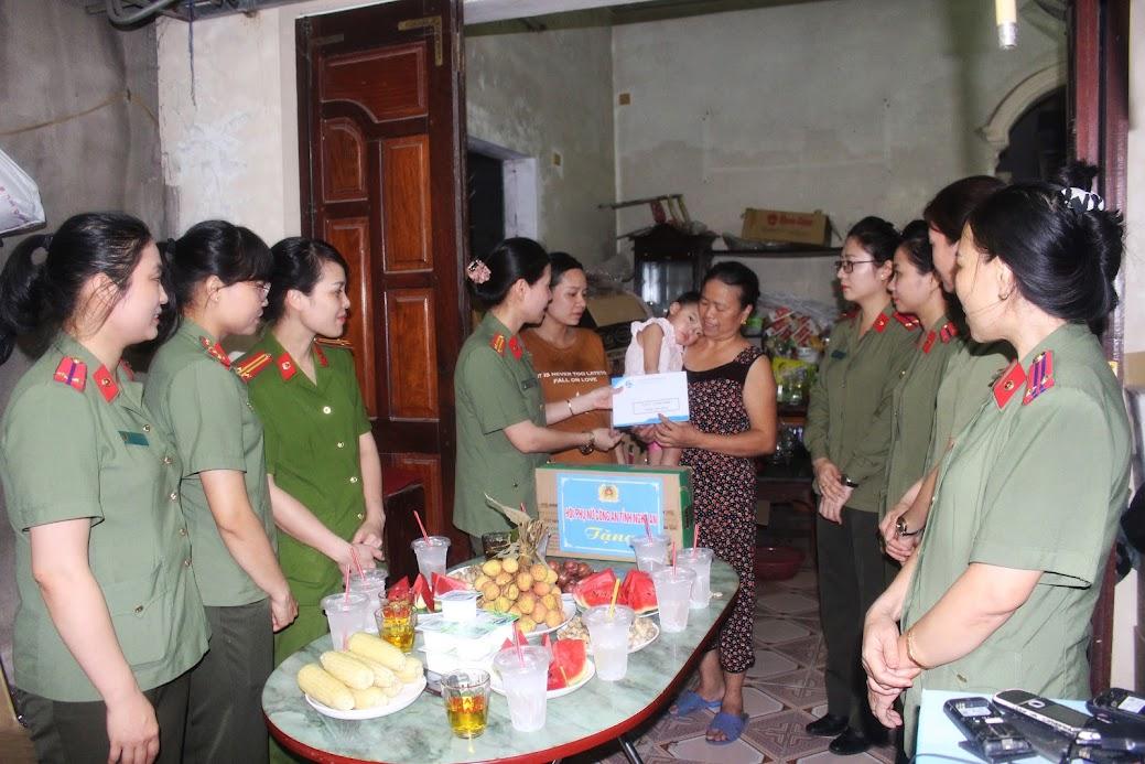 Hội Phụ nữ Công an tỉnh tặng quà cho các hội viên có hoàn cảnh khó khăn