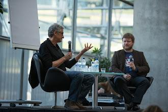 Photo: Patrick kuvailee asioita haastattelija Jyrki Vainiolle