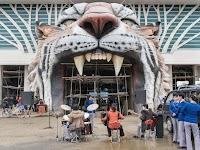 bandje speelt voor een in aanbouw zijnde ingang van dierentuin in de vorm van een tijgerkop