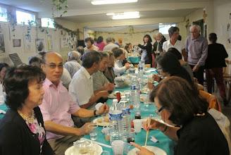 Photo: La salle est remplie d'invités