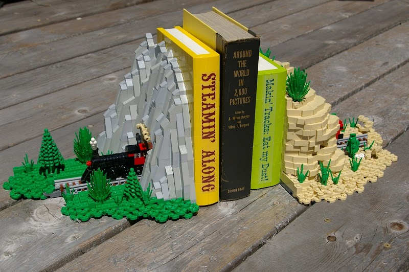 Podpórki do książek z klocków lego