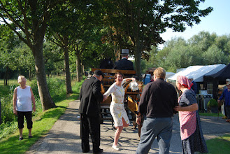 Photo: Joop kwakernaak helpt burgemeester Van Ruijven uit het rijtuig.