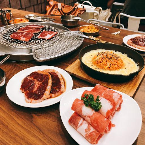 雙人套餐CP值超高!很多款式的菜都是之前吃韓式燒肉沒有看到過的,像是伴飯是起司口味的蛋飯,起司玉米蛋,小菜是可以續到飽的,燒肉的份量很足夠!