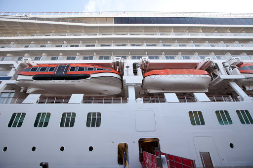 Viking-Star-tender-and-lifeboat.jpg - Tenders and lifeboats on the side of Viking Star.